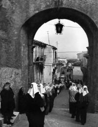 """Le """"Maggiaiole"""" in cammino per onorare la Madonna della """"Gaggia"""" (foto d'epoca pubblicata da P. Cerino)"""