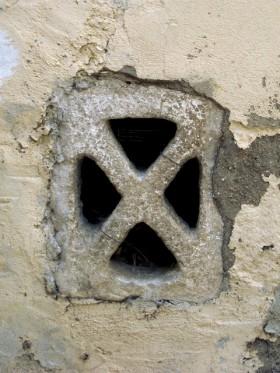 Finestrella in pietra (a X)