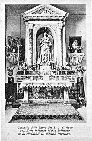 L'altare dell'ex Asilo Infantile con la statua dell'Immacolata, in una foto d'epoca