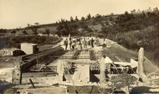 Panoramica del ponte sull'Arsa in costruzione e degli operai al lavoro