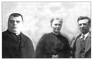 Il Sac. Vincenzo Giorgio con i fratelli Grazia e Michele