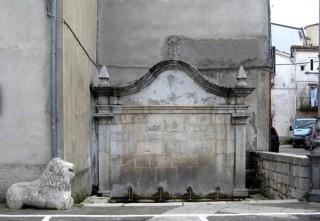 La fontana di Piazza Umberto I ... e il leone