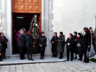 La processione della Via Crucis esce dalla Chiesa Madre