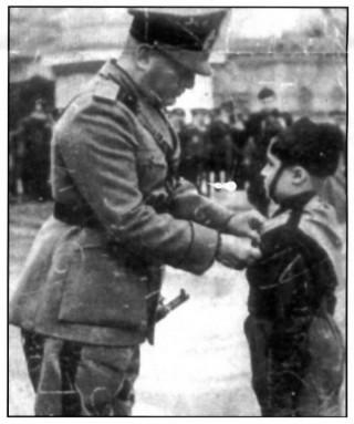 """Iannella Alessandro (Liccecce) riceve, come """"Balilla"""" il distintivo da Mussolini a Piazza Libertà - Avellino"""