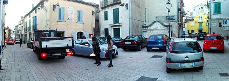 La piazza e l'ingorgo su Via Battisti a Sant'Andrea di Conza