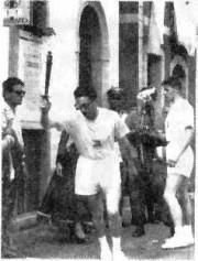 Scambio della fiaccola in Piazza Umberto I