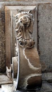 Figura zoomorfa nella mensola di un balcone, casa in Via San Marco