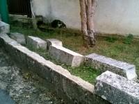 Pietre divelte su muretto verso Via Lagarone