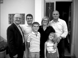Il prof. Alessandro Frino con la sua famiglia e Don Donato