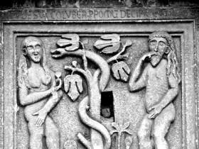 Cattedrale di Rapolla, Caduta di Adamo ed Eva, bassorilievo. [Dal sito web: http://www.basileleusonline.it/sarolo-da-muro]