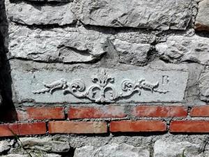 Bellissimo fregio scolpito su pietra