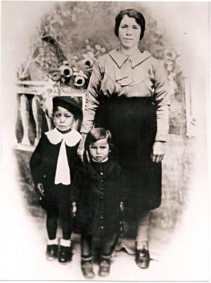 Parte della famiglia di Vallario Antonio Maria negli anni '40