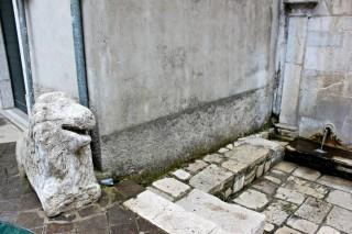 Sant'Andrea di Conza (AV), piazza Umberto I, leone funerario