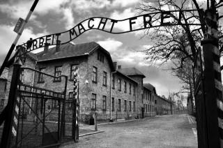 Il tipico motto dei campi di concentramento