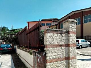 L'edificio scolastico e la sua inferriata