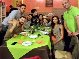 Gina e Ankur con gli amici santandreani in pizzeria