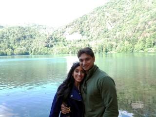 Gina e Ankur vicino al lago piccolo di Monticchio