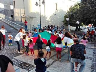 Bambini di Sant'Andrea di Conza giocano davanti all'Episcopio