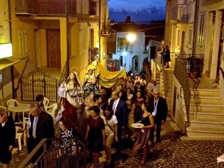 La processione risale per Via Roma