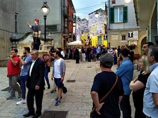 La processione con Sant'Andrea e Sant'Emidio in Piazza Umberto I
