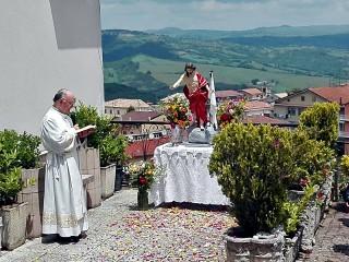La rituale preghiera di benedizione ai campi e al popolo