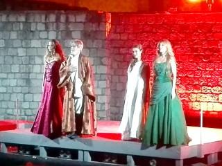 Re Lear (G. Pambieri) e le figlie (Goneril, Regan e Cordelia) ringraziano il pubblico
