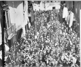 Grande folla in Piazza Umberto I (con indicazione delle persone riconosciute)