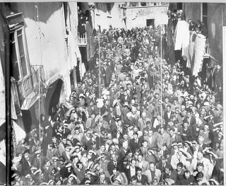 Grande folla in Piazza Umberto I