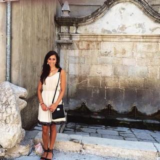 Gina Russoniello davanti alla fontana