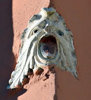 Maschera ad angolo in edificio tra Via Scolatoio e Largo Castello (dalla copertina del libro)