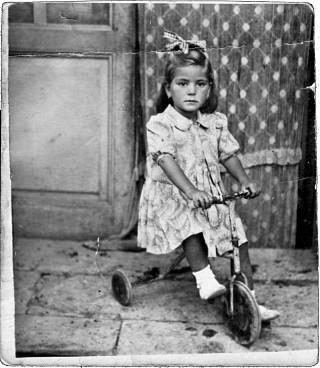 Una bambina di Sant'Andrea di Conza sul triciclo